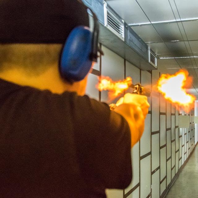schütze mit schusswaffen